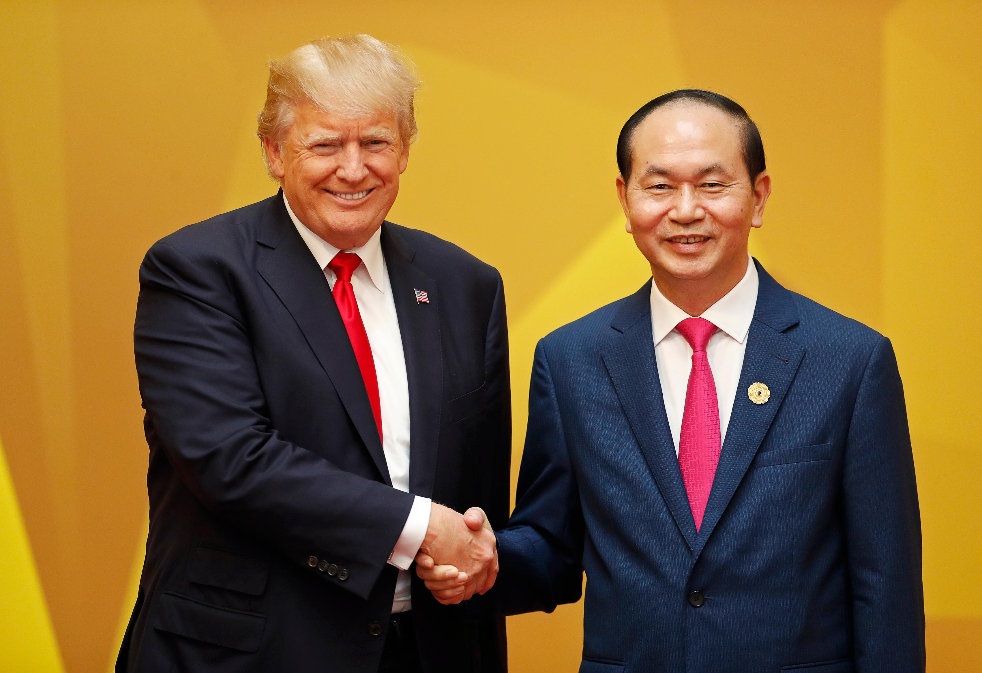 Vietnam's President Tran Dai Quang, right, shakes hands with U.S. President Donald Trump at the APEC Economic Leaders' Meeting in Danang, Saturday, Nov. 11, 2017. (Jorge Silva/Pool Photo via AP)