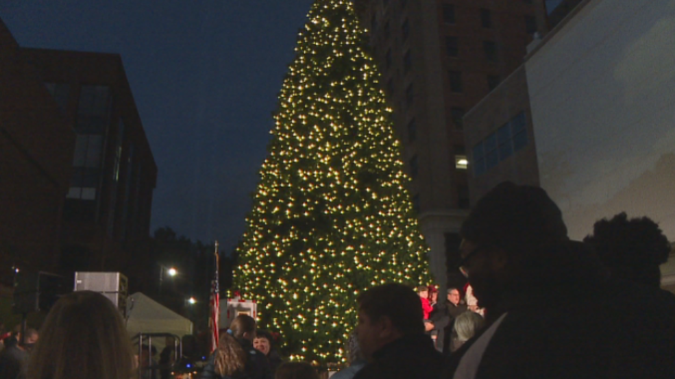 Christmas Lights In Savannah Ga.Thousands Gather In Downtown Savannah For The Annual