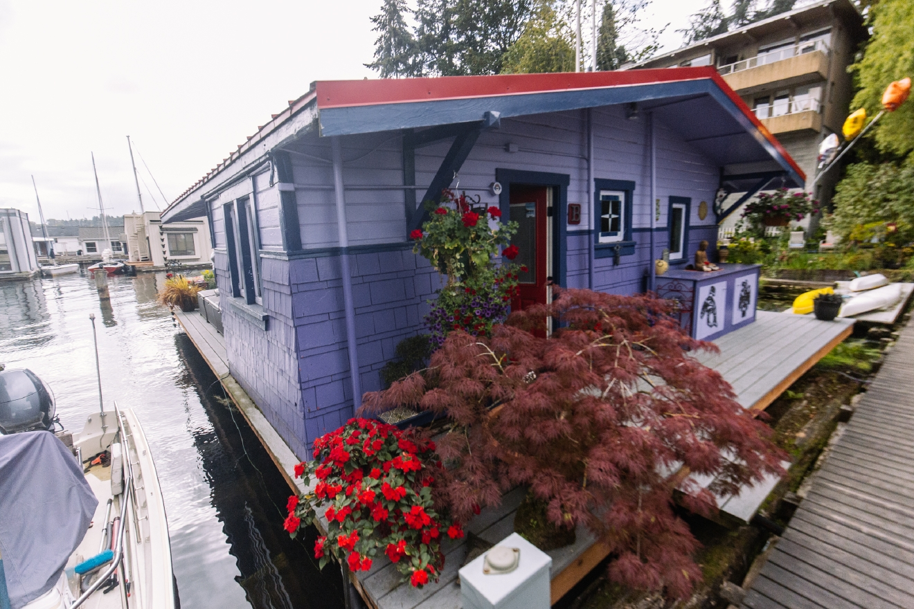 The 2016 Floating Home Tour featured thirteen floating homes along Portage Bay. We were able to sneak into a couple early, and will profile one a day for the next week. Next up is this little charmer with SO much personality we just want to curl up in that armchair with a cup o' tea! (Image: Joshua Lewis / Seattle Refined)
