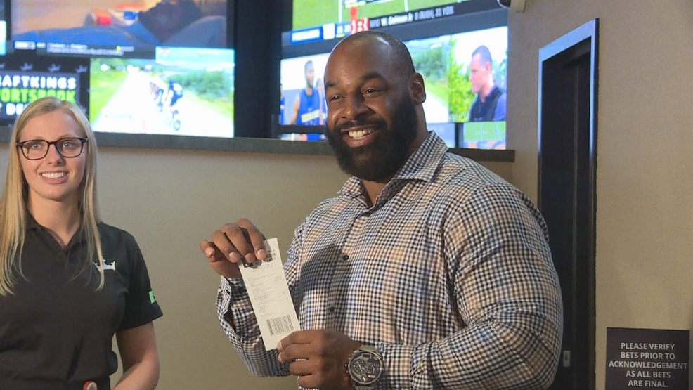 Donovan McNabb returns for grand opening of DraftKings Sportsbook Lounge at del Lago