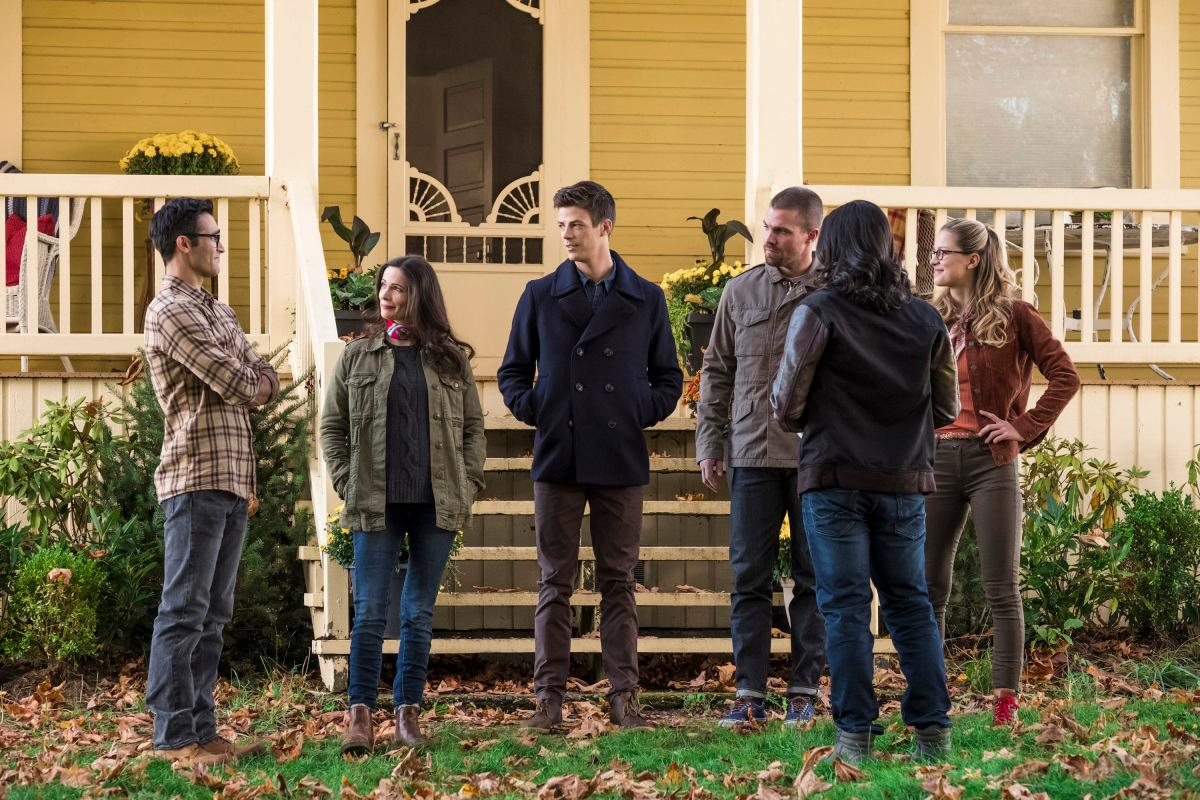 "The Flash -- ""Elseworlds, Part 1"" -- Image Number: FLA509a_0090b2b.jpg -- Pictured (L-R): Tyler Hoechlin as Clark Kent, Bitsie Tulloch as Lois Lane, Grant Gustin as Oliver Queen/Green Arrow, Stephen Amell as Barry Allen/The Flash, Carlos Valdez as Cisco Ramon and Melissa Benoist as Kara/Supergirl  -- Photo: Shane Harvey/The CW -- ���© 2018 The CW Network, LLC. All rights reserved"