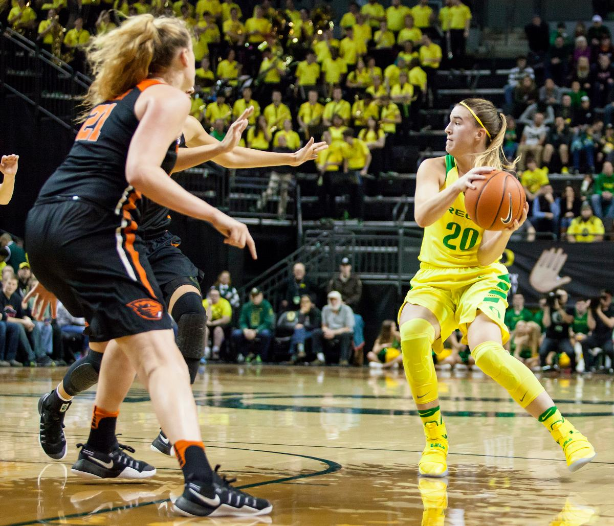 Oregon guard Sabrina Ionescu (#20) looks to make a pass around a pair of Oregon State defenders. The Oregon Ducks lost 40 to 43 against the Oregon State Beavers after a tightly matched 4th quarter. Photo by Ben Lonergan, Oregon News Lab
