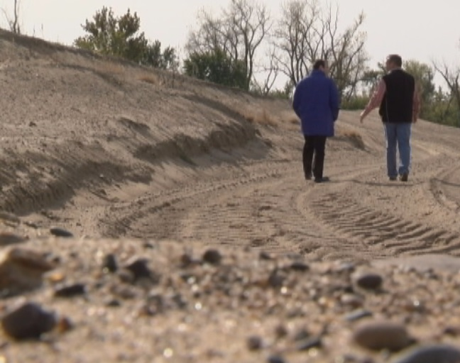 KHQA's David Amelotti walks with Roger Sutter with the Fabius River Drainage District. He says higher would be better for the Fabius. However, current regulations keep the levee from reaching the 500 level status.<p></p>