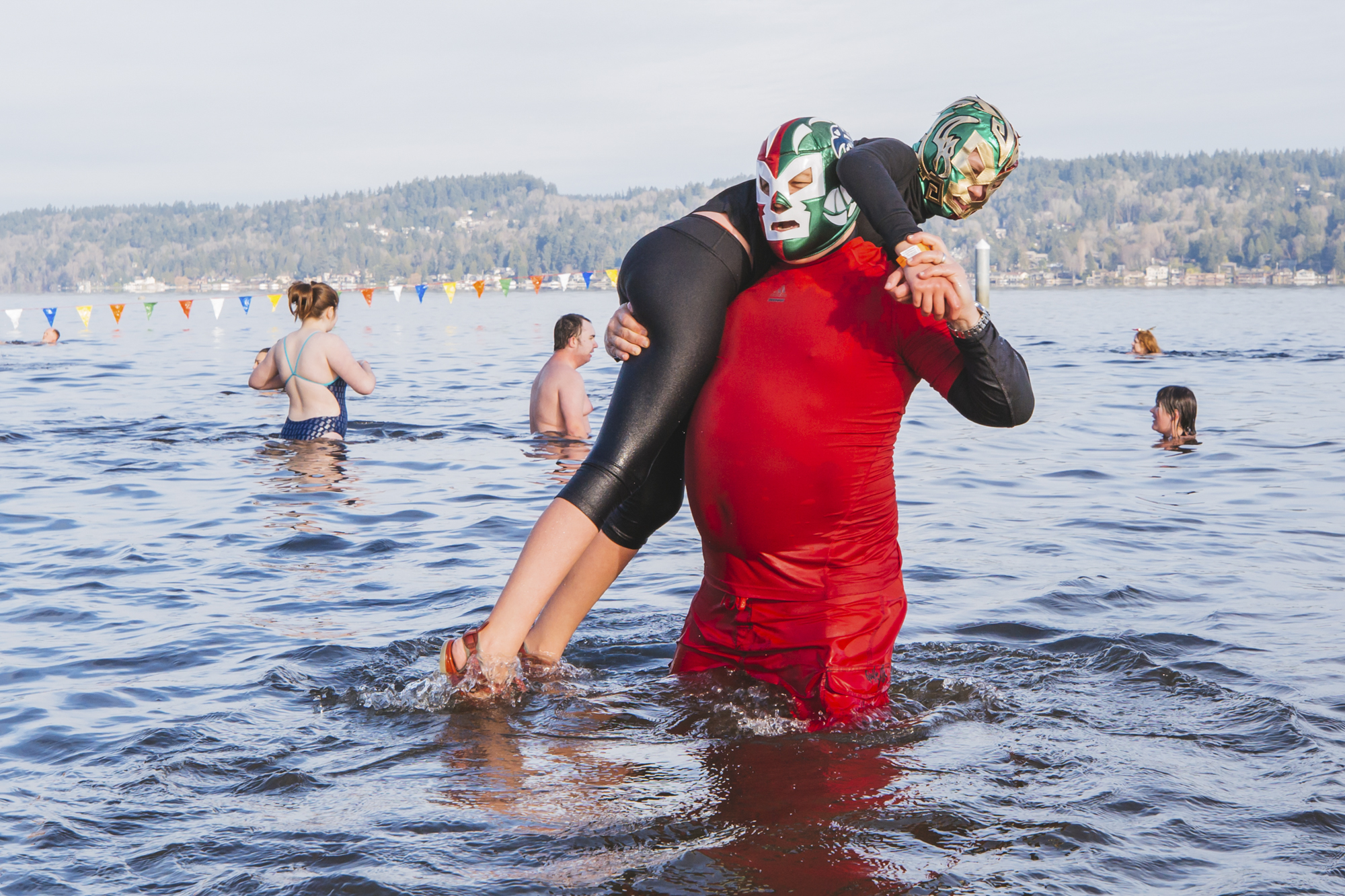 Happy New Year! How are you spending the first day of 2019? Thousands of people spent it in the freezing cold waters of Lake Washington as part of the annual Polar Bear Plunge. Costumes were encouraged as participants gathered at Matthews Beach beforehand, and had warm refreshments waiting for them afterwards. Limited Badges of Courage were awarded to those who darned to fully submerge..HAPPY 2019! January 1, 2018. (Image: Sunita Martini / Seattle Refined)