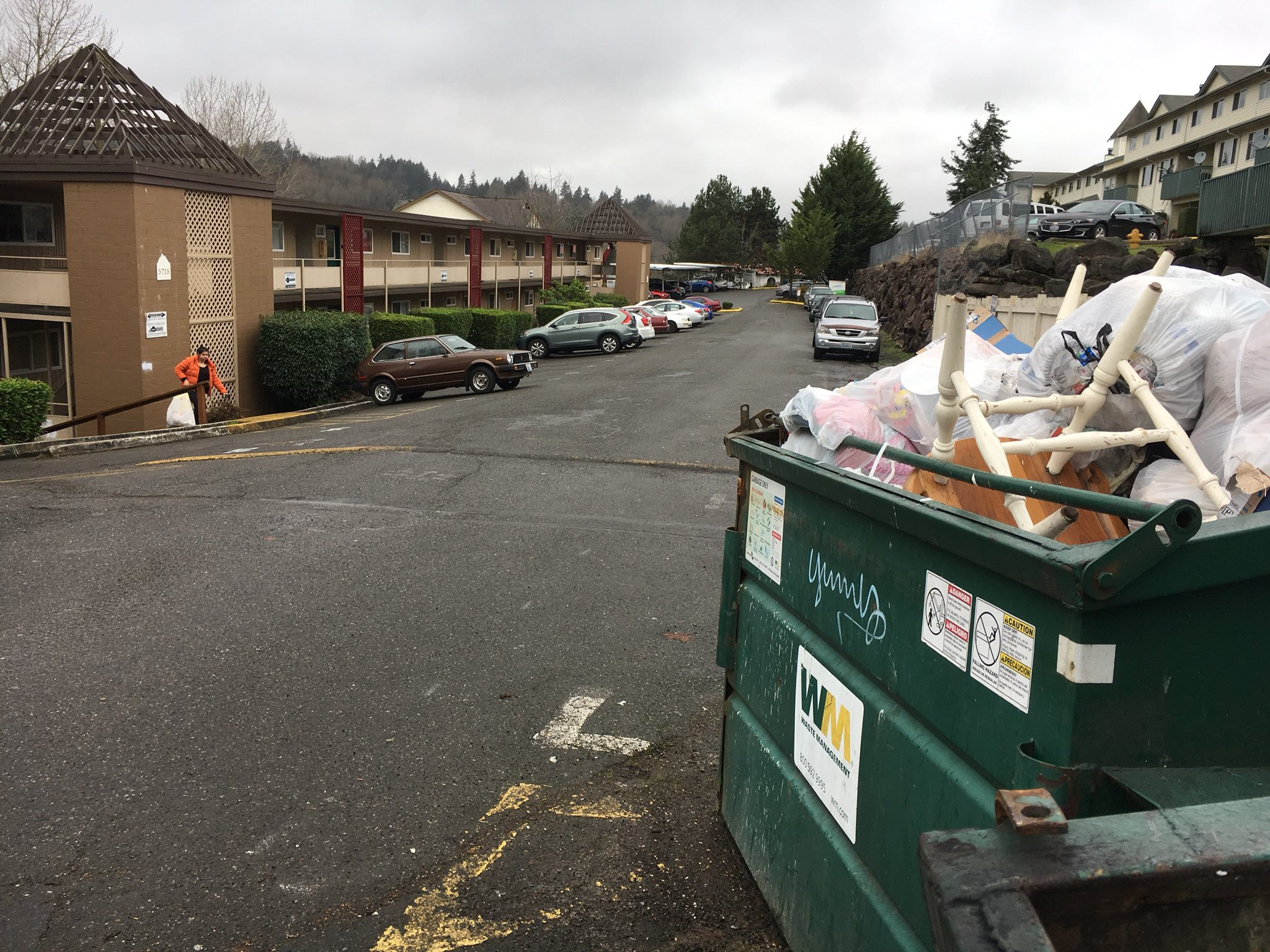 The human remains were found outside this apartment complex in Tukwila. (KOMO photo)<p></p>