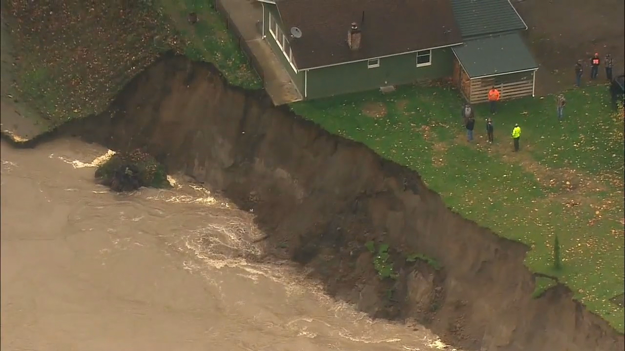 Several people in the small town of Lyman were told Monday their homes are no longer safe as they teeter on the edge of the banks along the Skagit River. (Photo: KOMO News/Air 4)