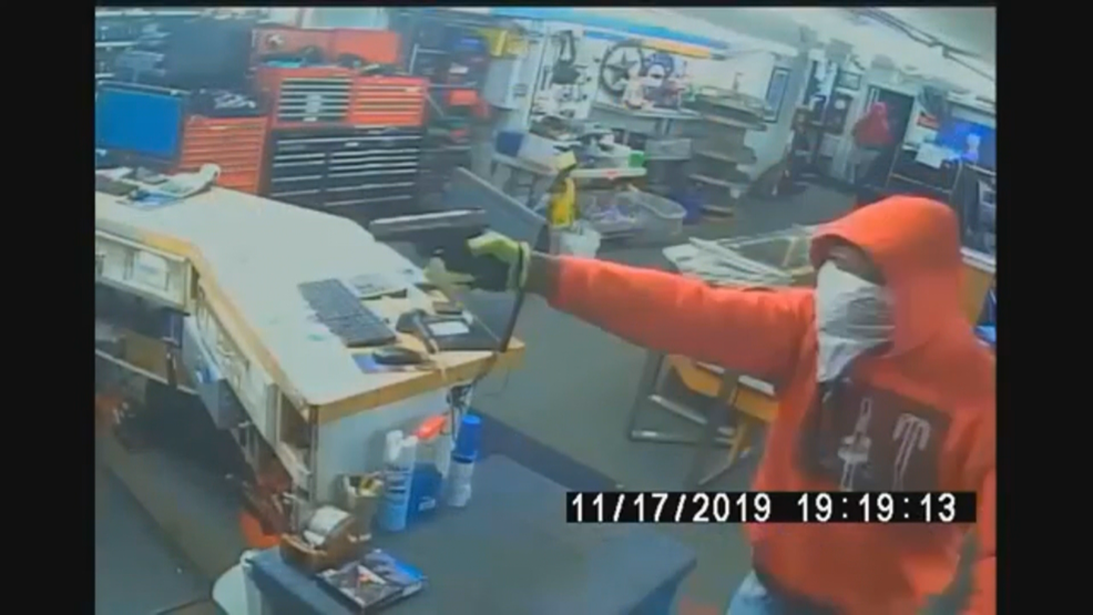 Pawn Shop Austin >> Police Seek Help Id Ing Suspects From South Austin Pawn Shop