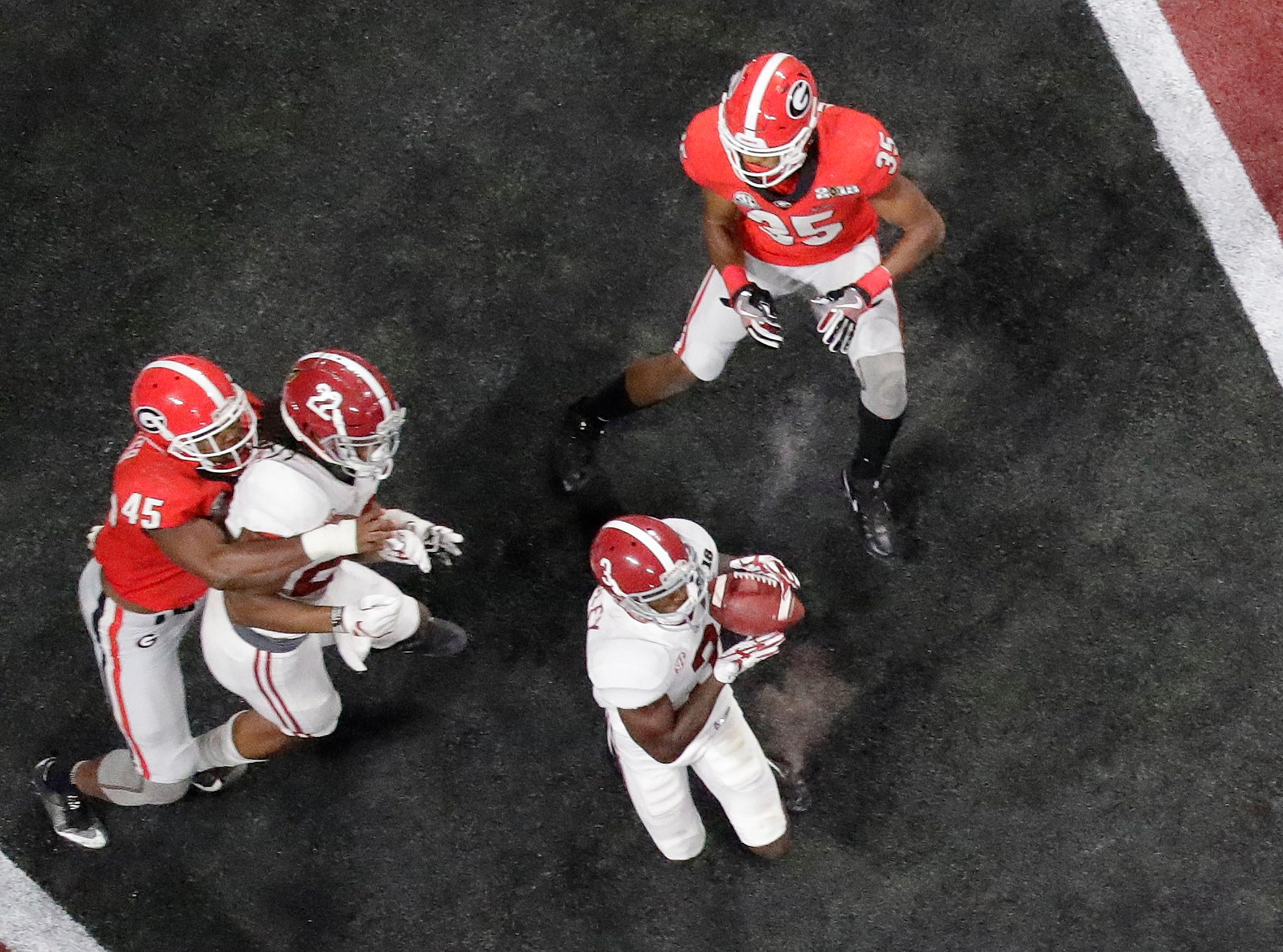 Alabama's Calvin Ridley catches a touchdown pass during the second half of the NCAA college football playoff championship game against Georgia Monday, Jan. 8, 2018, in Atlanta. (AP Photo/John Bazemore)